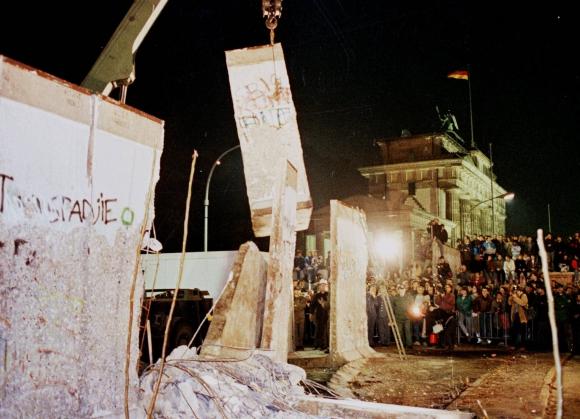 Las grúas comenzando el trabajo en Berlín. Foto: Archivo El País.