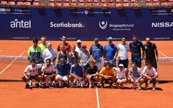 Los sponsors del Uruguay Open junto a varios tenistas del torneo. Foto: Uruguay Open.
