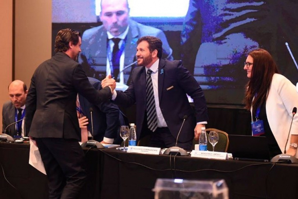 Ignacio Alonso es felicitado por Alejandro Domínguez