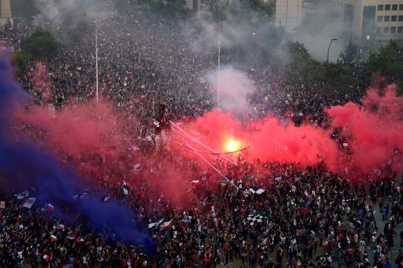 Nueva gran manifestación en Santiago de Chile, este viernes. Foto: AFP