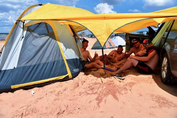 Hinchas de Colón en la costanera de Asunción. Foto: AFP