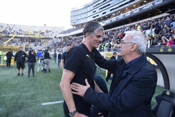 Diego López y Jorge Fossati se saludaron antes del comienzo del partido. Foto: Fernando Ponzetto.