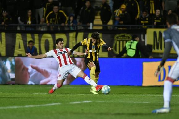 La jugada en la que se reclama penal de Nicolás Rodríguez a Canobbio. Foto: Fernando Ponzetto.