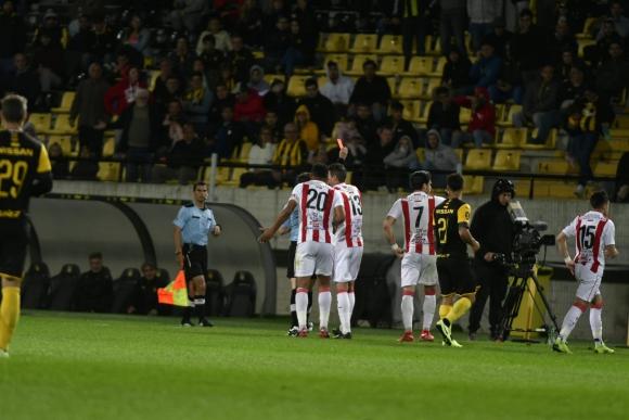 La expulsión de Nicolás Rodríguez de River Plate por doble amarilla. Foto: Fernando Ponzetto.