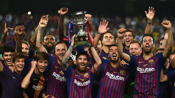 Barcelona levantando el trofeo de la Supercopa de España