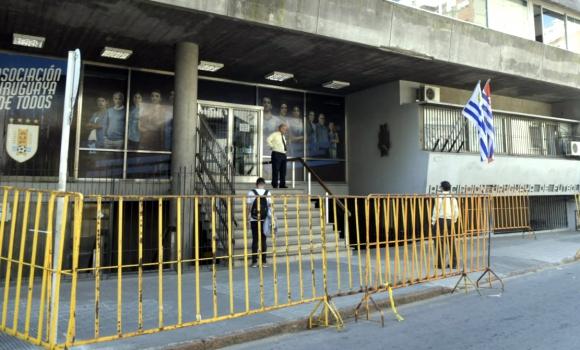 Sede de la AUF con vallas esperando manifestación por Argentina-Uruguay en Israel