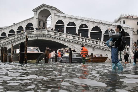 Creció la marea y el paso por el Puente de Rialto se complicó. Foto: AFP