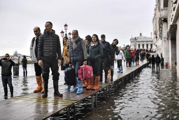 La suba de la marea trastocó los hábitos de los turistas y pobladores. Foto: AFP