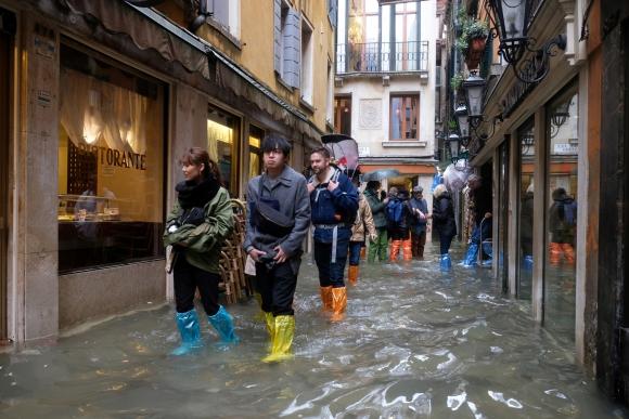 Las calles fueron tomadas por el agua en Venecia. Foto: Reuters