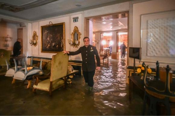 El hotel Gritti Palace se vio invadido por el agua. Foto: AFP