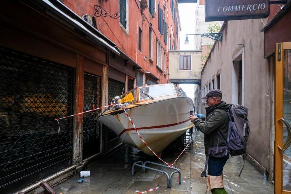 Lanchas avanzaron por los corredores de Venecia. Foto: Reuters