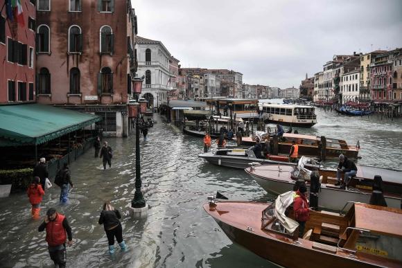 Inundación en Venecia hizo desaparecer las calles. Foto: AFP
