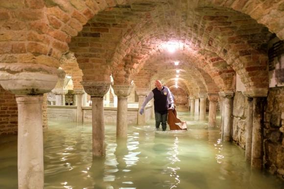Basílica de San Marcos se vio inundada. Foto: Reuters