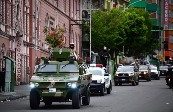Policía Militar patrulla las calles en Bolivia. Foto: AFP