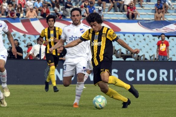 Matías Zunino y Facundo Pellistri en el clásico Nacional vs. Peñarol del Clausura 2019