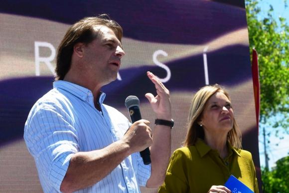 Luis Lacalle Pou y Beatriz Argimon, formula presidencial por el Partido Nacional, en acto en el Molino de Perez en Montevideo. Foto: Francisco Flores