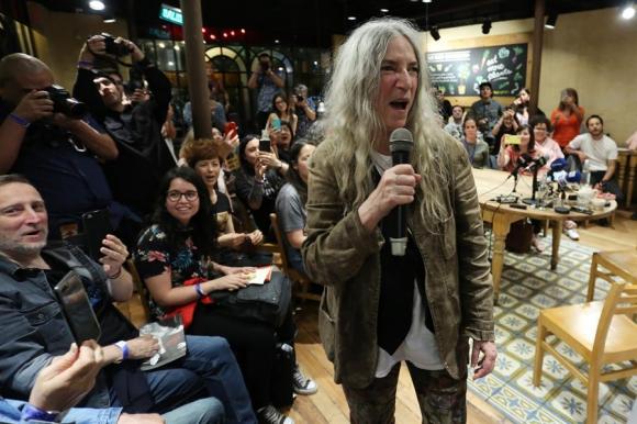 La estadounidense Patti Smith en una conferencia de prensa en Chile (2019). Foto: EFE