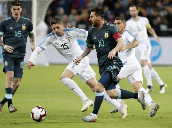 Federico Valverde y Lionel Messi en el Argentina vs. Uruguay de Israel en 2019