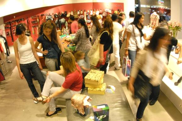 Compras en local comercial. Foto: Archivo El País