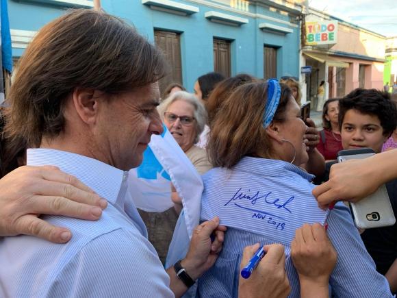 Lacalle Pou firma autógrafos durante una gira por la ciudad de Rocha. Foto: Pablo S. Fernández