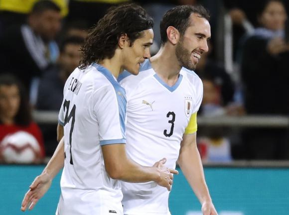 Edinson Cavani y Diego Godín en el partido de la selección de Uruguay