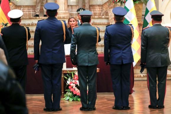 La presidenta Jeanine Áñez reunida con sus mandos militares. Foto: Reuters