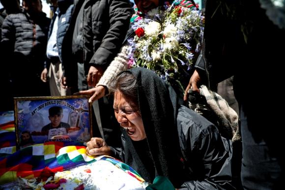 El llanto y la angustia de una mujer en el velatorio de una víctima de la violencia, en La Paz. Foto: Reuters