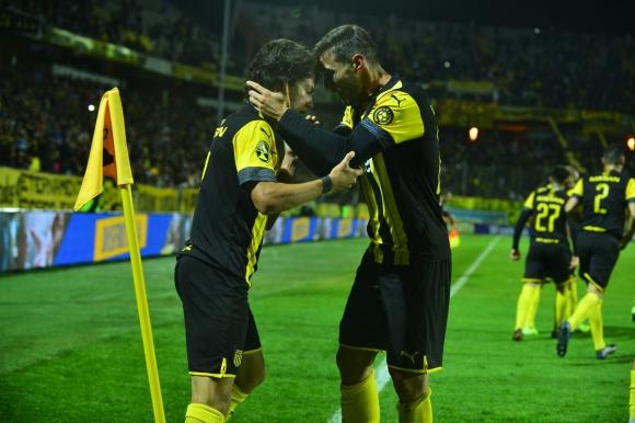 Facundo Pellistri y Xisco tras el gol del español en el Campeón del Siglo. Foto: Gerardo Pérez.