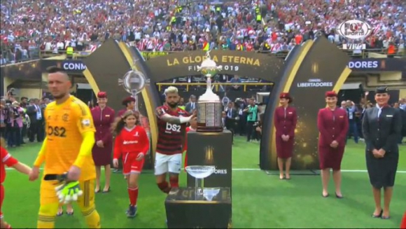 Gabigol tocando el trofeo de la Copa Libertadores