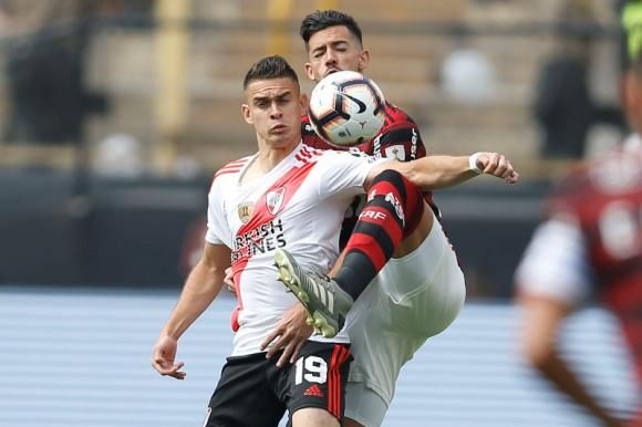Rafael Santos Borré en el duelo entre River Plate y Flamengo. Foto: AFP