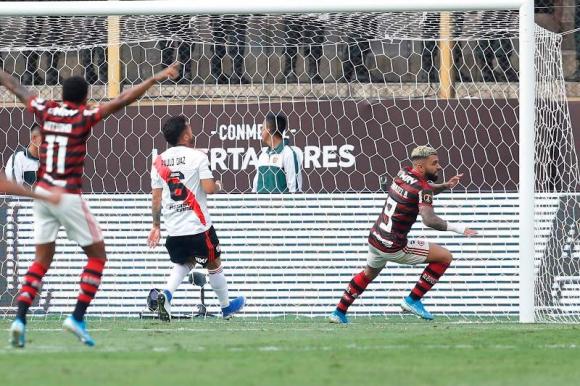 Gabriel Barbosa celebra el primer tanto que anotó en el duelo entre River Plate y Flamengo. Foto: AFP