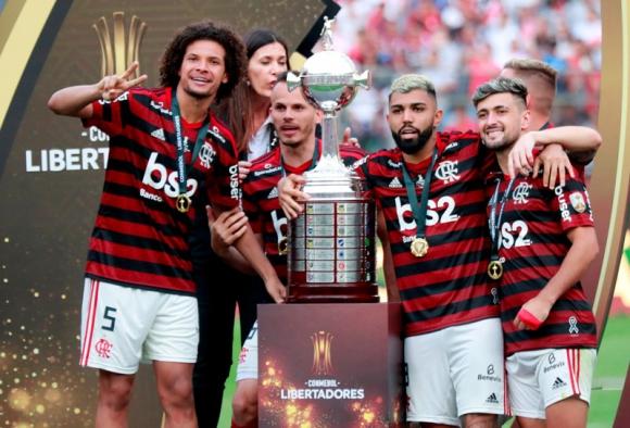 Gabigol celebra junto a Giorgian de Arrascaeta la consagración de Flamengo. Foto: AFP