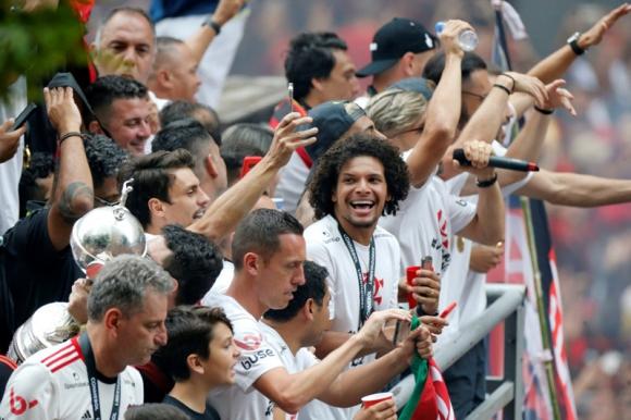 Los jugadores de Flamengo celebran junto a los hinchas en las calles de Río de Janeiro. Foto: Reuters.