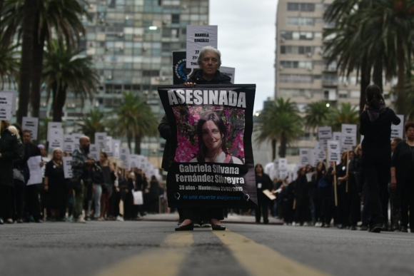 Mujer sostiene una pancarta durante la marcha contra la violencia de género. Foto: Fernando Ponzetto.