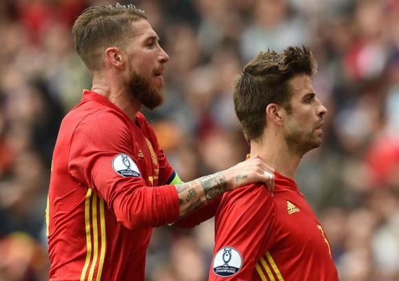 Sergio Ramos y Gerard Piqué con la Selección de España