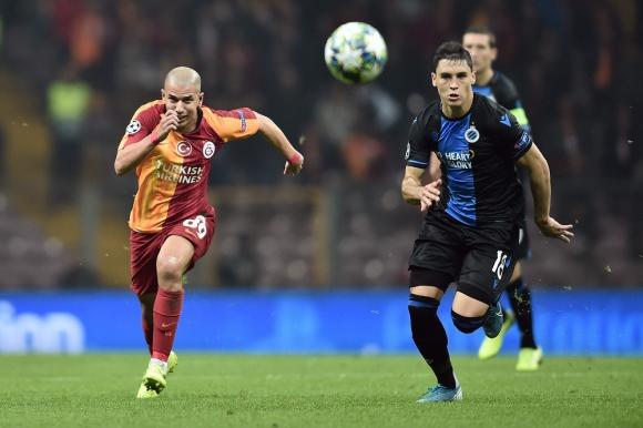 Federico Ricca en la pelea por el balón con Sofiane Feghouli  en el Brujas vs. Galatasaray en Champions