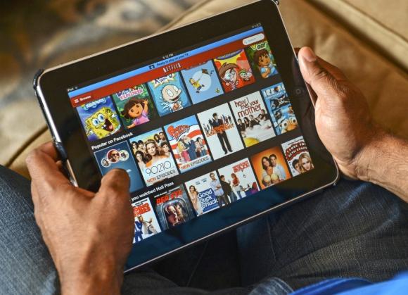 Joven mirando Netflix en una tablet. Foto: Archivo El País