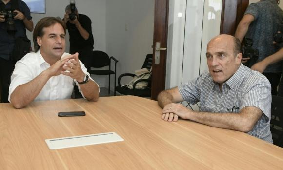 Daniel Martínez y Luis Lacalle Pou durante una reunión luego de que el político blanco llegó a los votos suficientes para ser el próximo presidente. Foto: Leonardo Mainé.