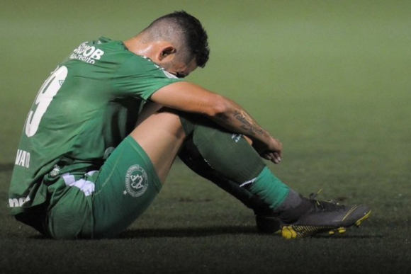 Tristeza de los jugadores de Chapecoense tras el descenso.
