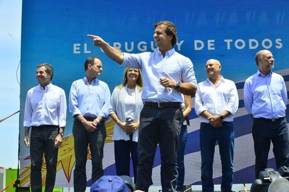 Los líderes de los partidos de la coacción subieron al estrado para acompañar al presidente electo. Foto: Gerardo Pérez