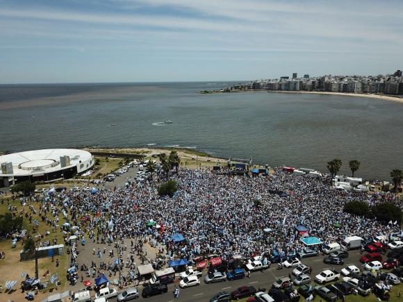 Después de sucesivas postergaciones, los blancos, acompañados por socios de la coalición, pudieron celebrar la victoria nacionalista 30 años después de ocupar la Presidencia. Foto: Fernando Ponzetto
