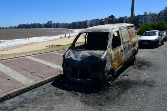 Una camioneta que estaba en el lugar fue incendiada. Foto: Francisco Flores.