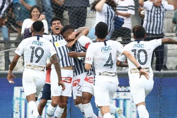 Aldair Fuentes celebra el gol de Alianza Lima junto a sus compañeros. Foto: El Comercio / GDA