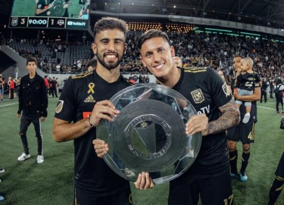 Diego Rossi y Brian Rodríguez con el título de la temporada regular. Foto: @LAFC