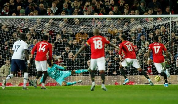 Gol de penal de Marcus Rasfhord ante el Tottenham en la victoria por 2 a 1. Foto: Reuters.
