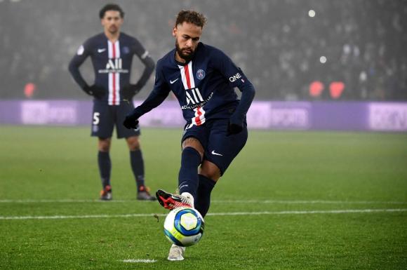 Neymar rematando el penal para el 2-0 del PSG ante Nantes