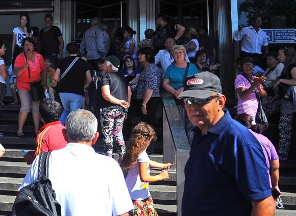 Jubilados y pensionistas haciendo filas para tramitar creditos sociales en el BROU. Foto: Fernando Ponzetto