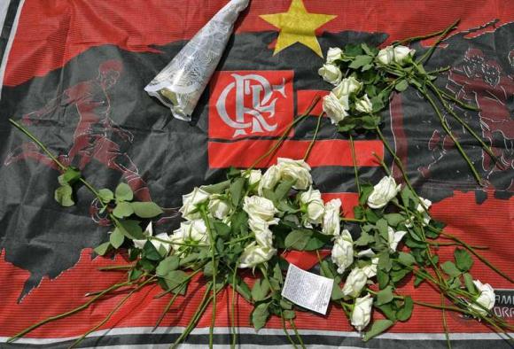 Homenaje a las víctimas del incendio de las inmediaciones del centro juvenil de Flamengo. Foto: AFP.