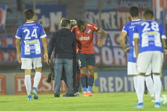 Felipe Carvalho se retira sentido del campo de juego del Centenario. Foto: Marcelo Bonjour.