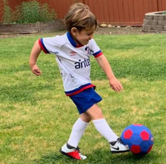 El hijo de Nicolás Lodeiro con los colores de Nacional y siempre con una pelota cerca.